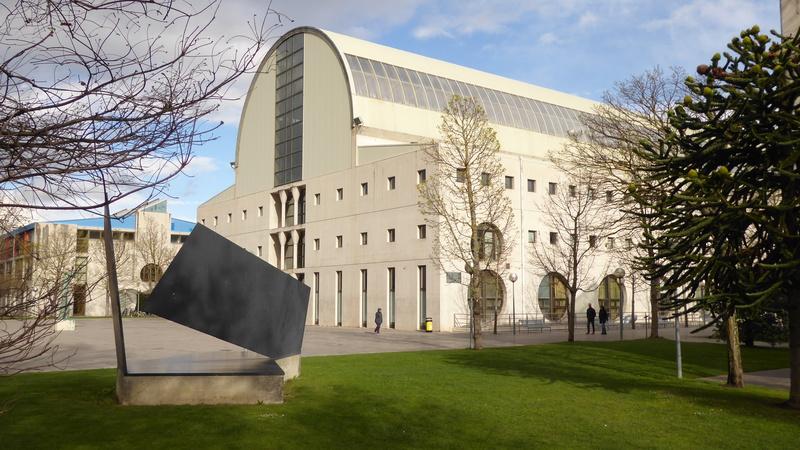 La biblioteca desde la escultura de Oteiza «Homenaje a Sáenz de Oiza»